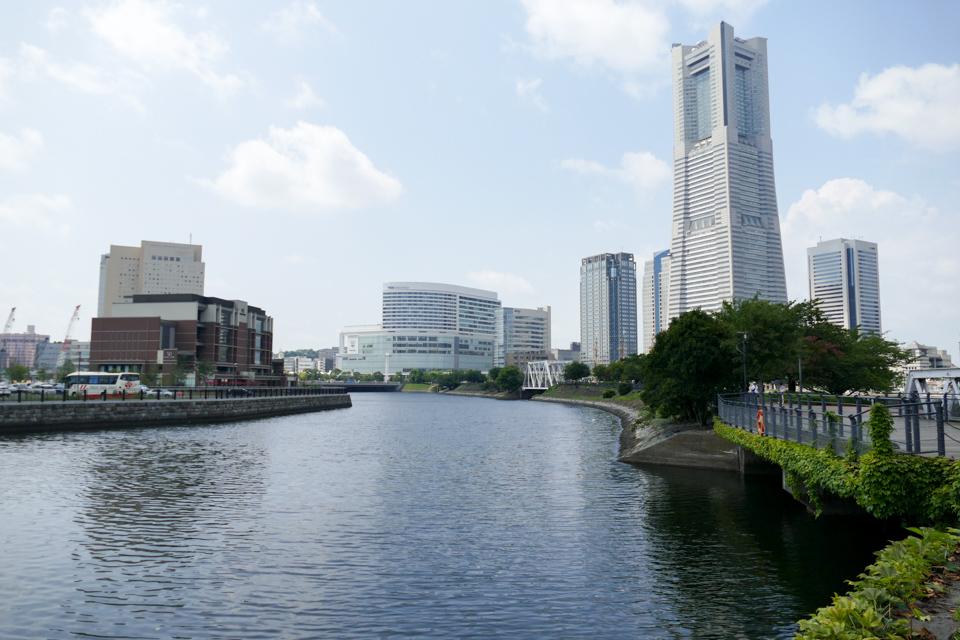 汽車道と横浜ランドマークタワー