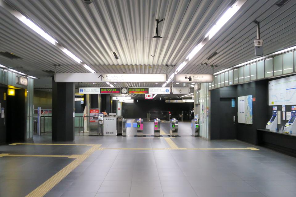 新高島駅の改札
