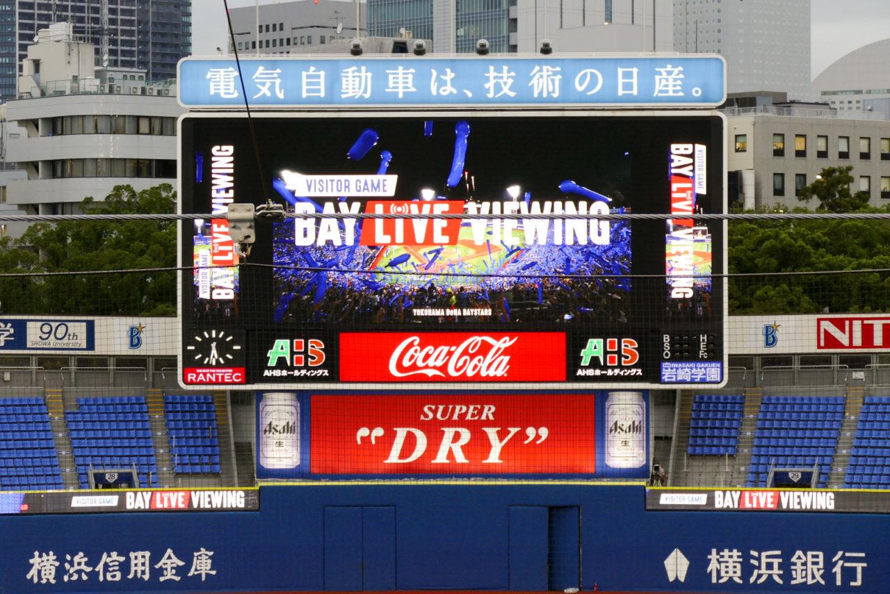 横浜スタジアムのバックスクリーンとネットのワイヤー